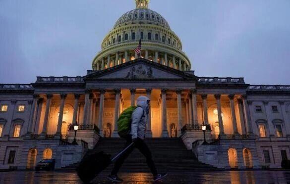 美政府员工周一返岗位终将领薪,但仍压力山大担忧再次停摆