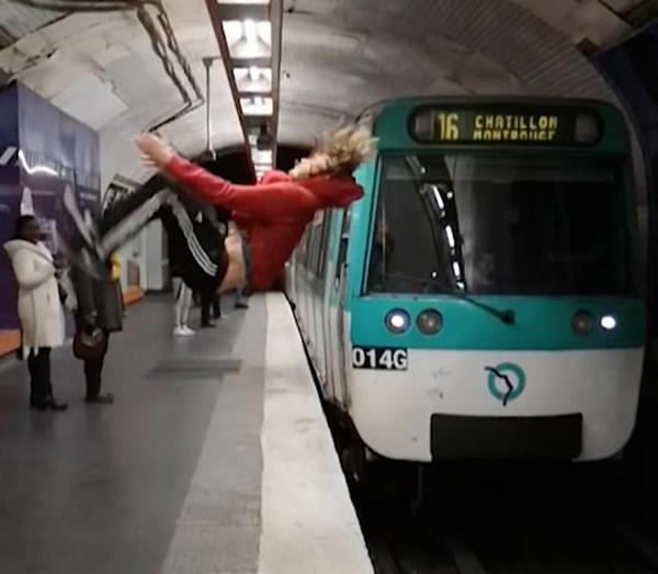 吓出冷汗!法国男子地铁进站瞬间站台边突玩后空翻