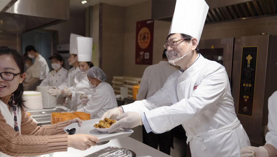 联想总裁杨元庆现身食堂为员工小年送鱼