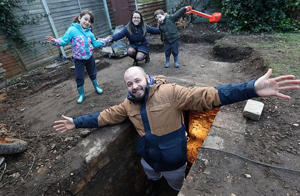 英国一家人在后院挖出二战防空洞 壁炉烟囱齐全