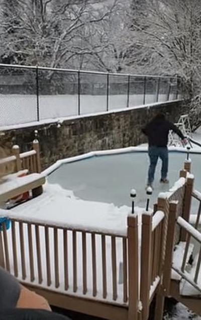 美男子尝试穿梭冰冻泳池不慎破冰掉入水中