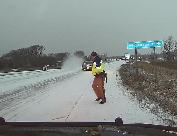惊险一刻!美警长救被困司机险遭另一失控车辆撞击