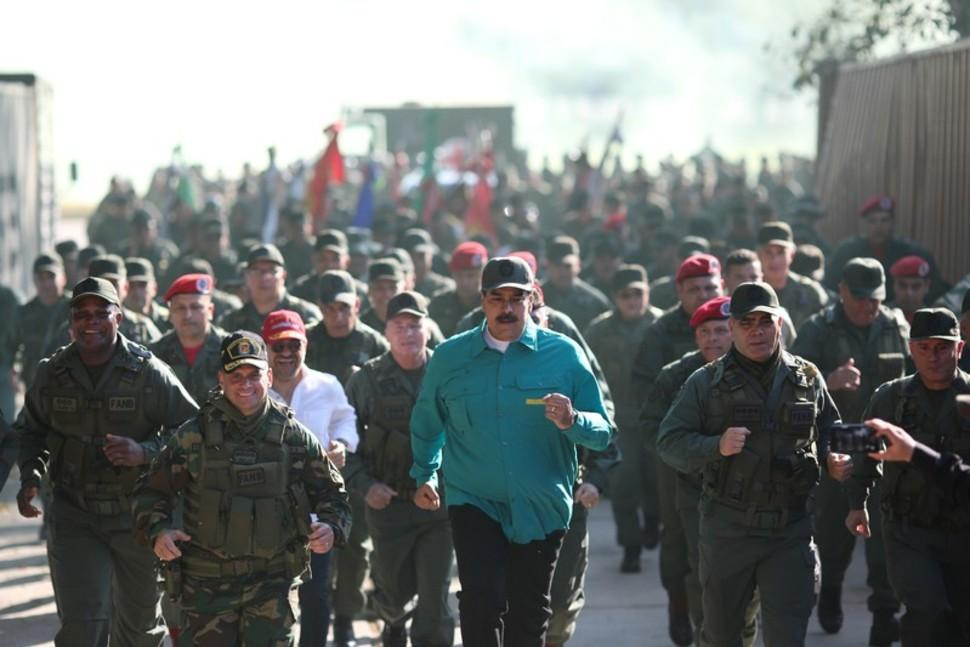 马杜罗现场观摩军演:为士兵打气 与士兵同跑