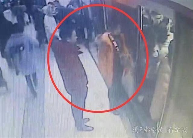 夫妻吵架阻挡地铁屏蔽门被行拘:致列车延误超2分钟