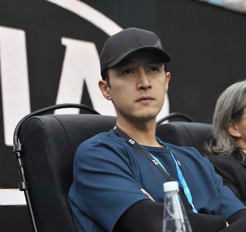 胡歌陈可辛现身澳网决赛 看比赛神情超认真