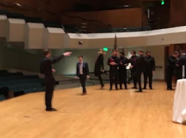 美国一学生忘情表演射击舞不慎从舞台边坠落