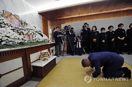 韩国慰安妇受害者离世 文在寅跪拜吊唁