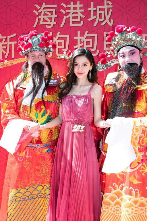 Angelababy春节抱财神送祝福 红红火火共贺佳节