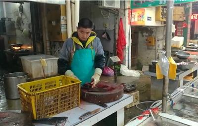 寒假你怎么过?这个大二男生帮父母杀鱼成网红 一天杀鱼几百条 春节只休息一天