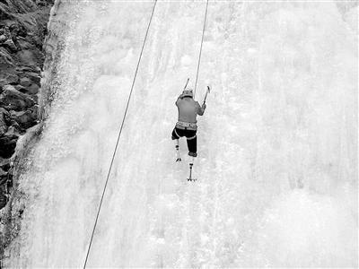 双腿截肢成功登顶珠峰 夏伯渝:感谢珠峰接纳了我