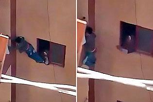 惊险!埃及少年忘带家门钥匙被母亲?#31185;?#29228;三楼阳台