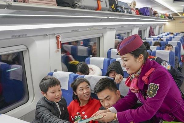 重庆:动车流动书屋亮相 倡导书香伴旅途新风尚