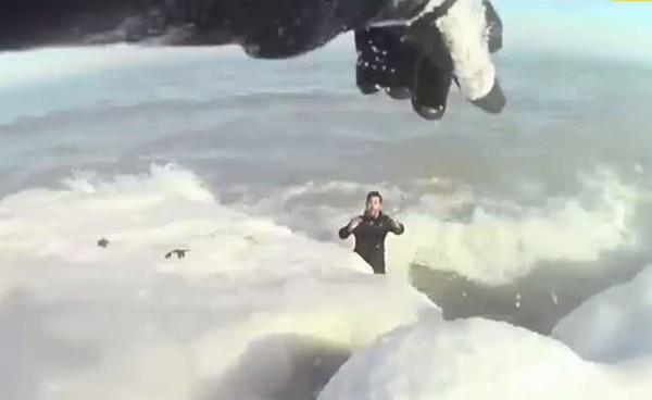 惊心动魄!芝加哥警方成功解救因救狗陷入冰湖男子