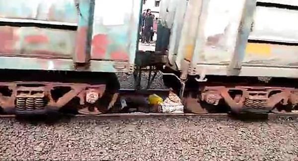 印男子低头看手机误入铁轨间 火车驶过时趴下脱险
