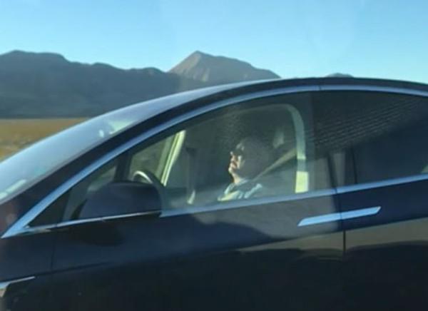"""惊险!美司机被拍到在""""自动驾驶""""状态下打盹"""