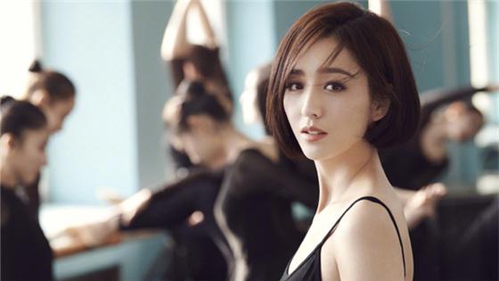 佟丽娅穿黑色刺绣长裙拍写真 翩然起舞身材苗条有仙气
