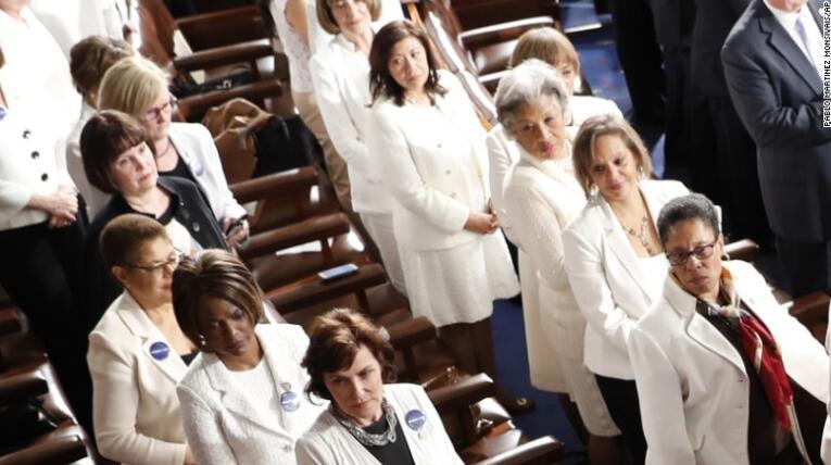 特朗普发表国情咨文时,两党女议员可能都穿着白衣服出席