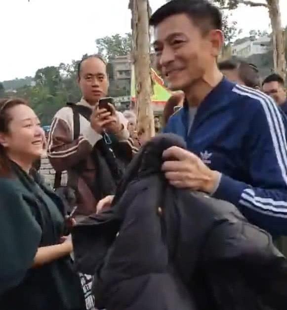 刘德华现身片场引路人围观 弯腰半蹲与残疾粉丝握手超暖心