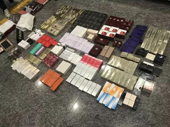 旅客机场被查 行李箱打开全是大牌包包化妆品(图)