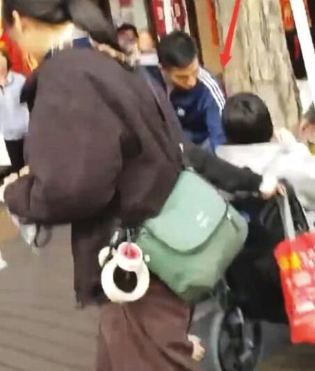 网友偶遇刘德华 弯腰半蹲与残疾粉丝暖心握手