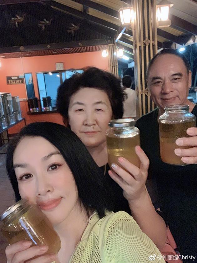 11天只喝油!钟丽缇带公婆赴泰国排毒遭网友质疑