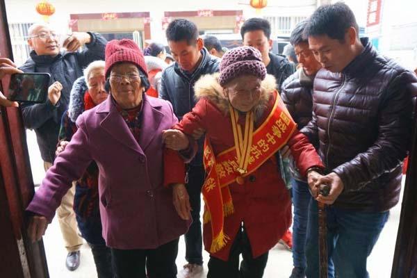 离家46年 志愿者助94岁老兵回乡