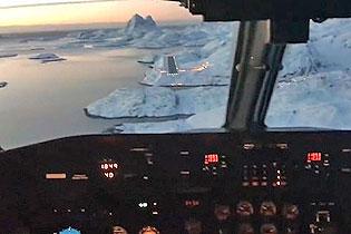 穿越?#21483;?#25112;?客机降落格陵兰冰雪跑道视频引热议