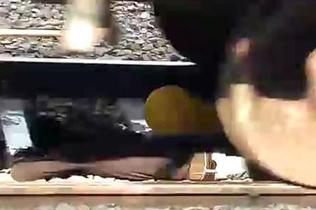印夫君玩手机跌落铁轨间 火车从其身上驶过