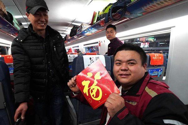 """上海铁路推出""""快递员专列"""""""