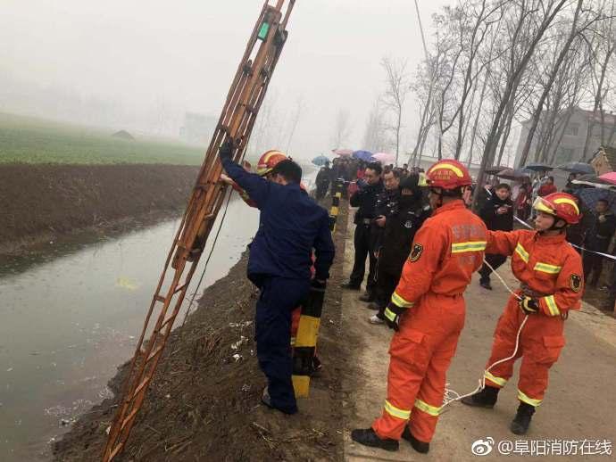 安徽临泉一轿车冲进河中 一司机遇难