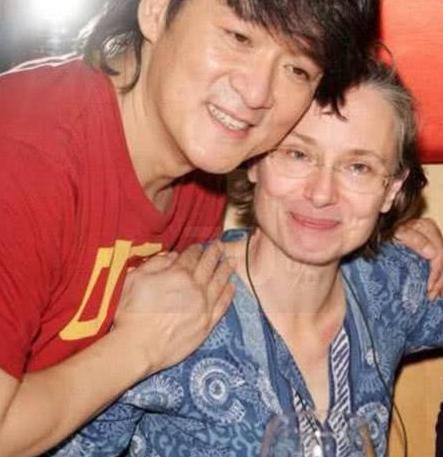 41岁刘烨近照,妻子40岁老成70岁老太,外国人老得快?
