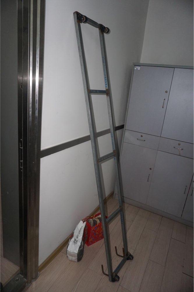 太拼了!小偷为翻墙入室扛着两米的铁梯子狂奔