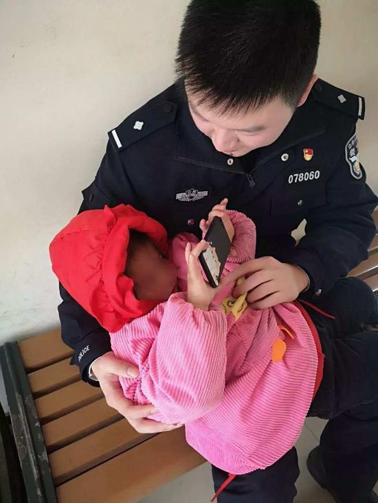 这个警察上班带娃玩手机 大家却都为他竖起大拇指