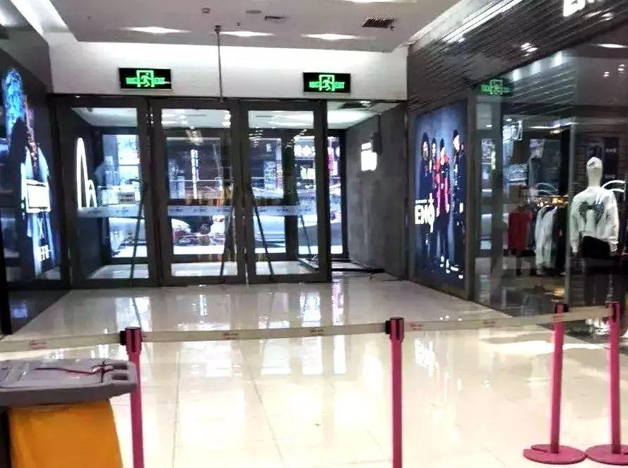 哈尔滨一女子被商场玻璃门砸倒 想站起来再次倒下