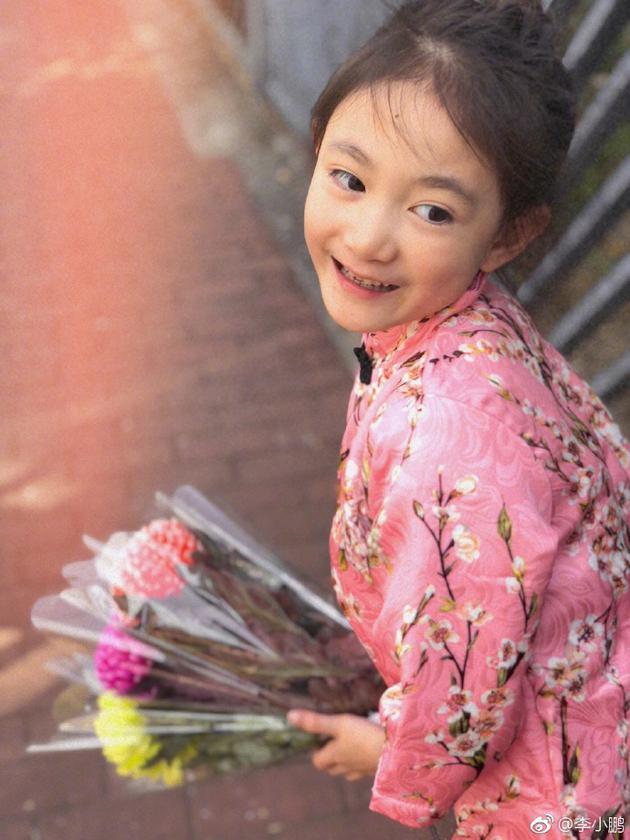 奥莉手捧鲜花露甜美笑容 和李安琪合影漂亮似姐妹