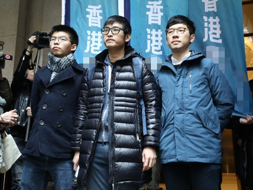 """""""港独""""组织年宵摆摊卖辱国歌产品 惹火市民"""