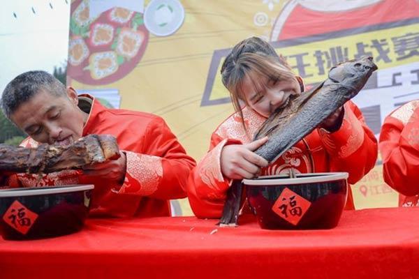 大胃王争霸赛 女孩为夺冠狂啃腊鱼
