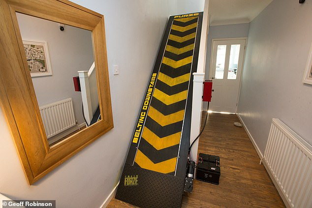 YouTube博主将自家楼梯改成巨型跑步机