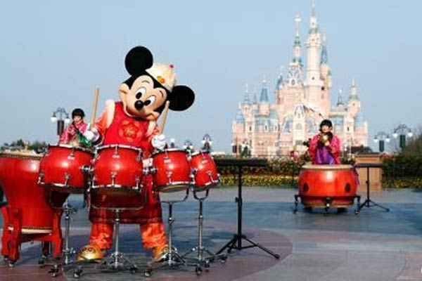 """上海迪士尼开启""""奇妙中国年""""主题吸引游客"""