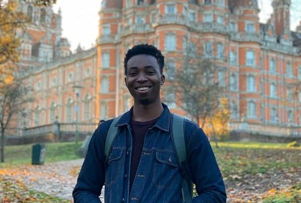 英非洲毕业生无力支付巨额学费获好友父亲解囊相助