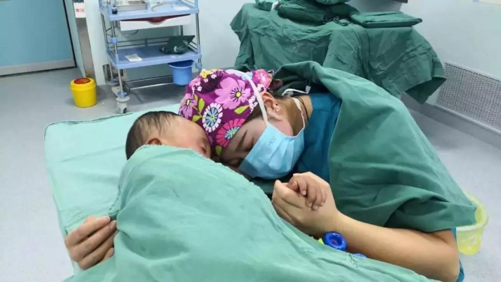 """手术床边的这个姿势,网友连连称赞""""你真美!"""""""