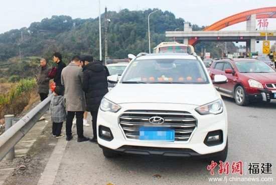 女子抱小孩藏后备箱 小车严重超载司机被罚