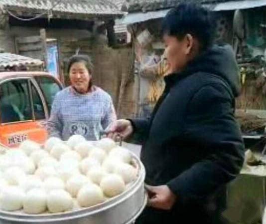 朱之文小年夜蒸包子给村民吃,乡亲不领情还嘲笑大衣哥小气