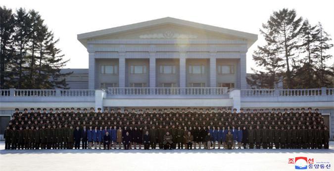 金正恩同访华艺术团合影 称赞演出升级朝中友谊