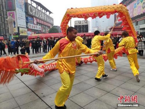 华文学校、孔子学院、来华留学生迎春节 感知中国文化