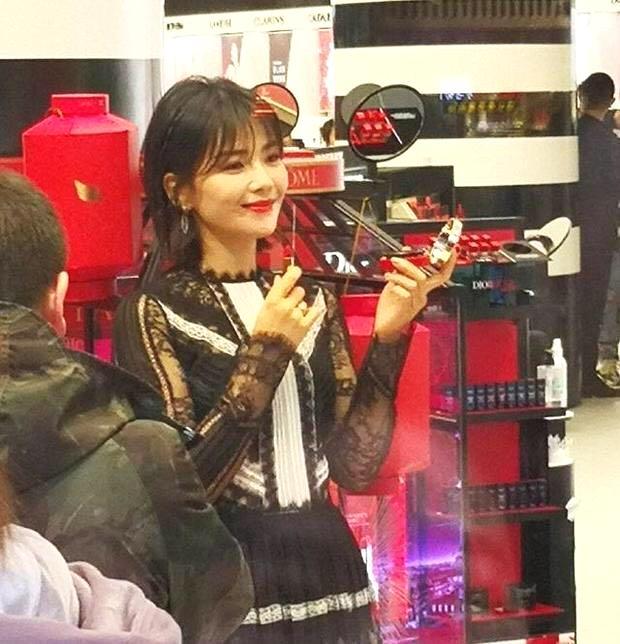 刘涛穿透视裙出席活动,网友:手臂太粗壮