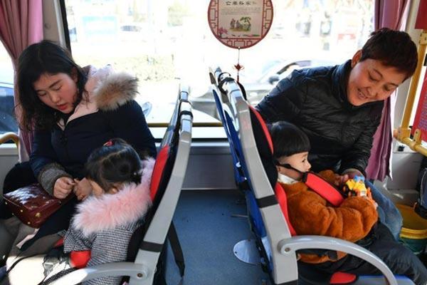 """河北邯郸26路公交车设 """"儿童安全座椅"""""""