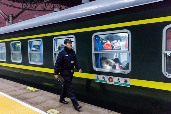 南京乘警小哥走进临客 护航2167公里
