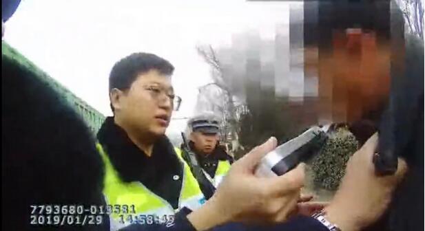 停车看热闹,酒驾男自投罗网被罚1400,你说这事……