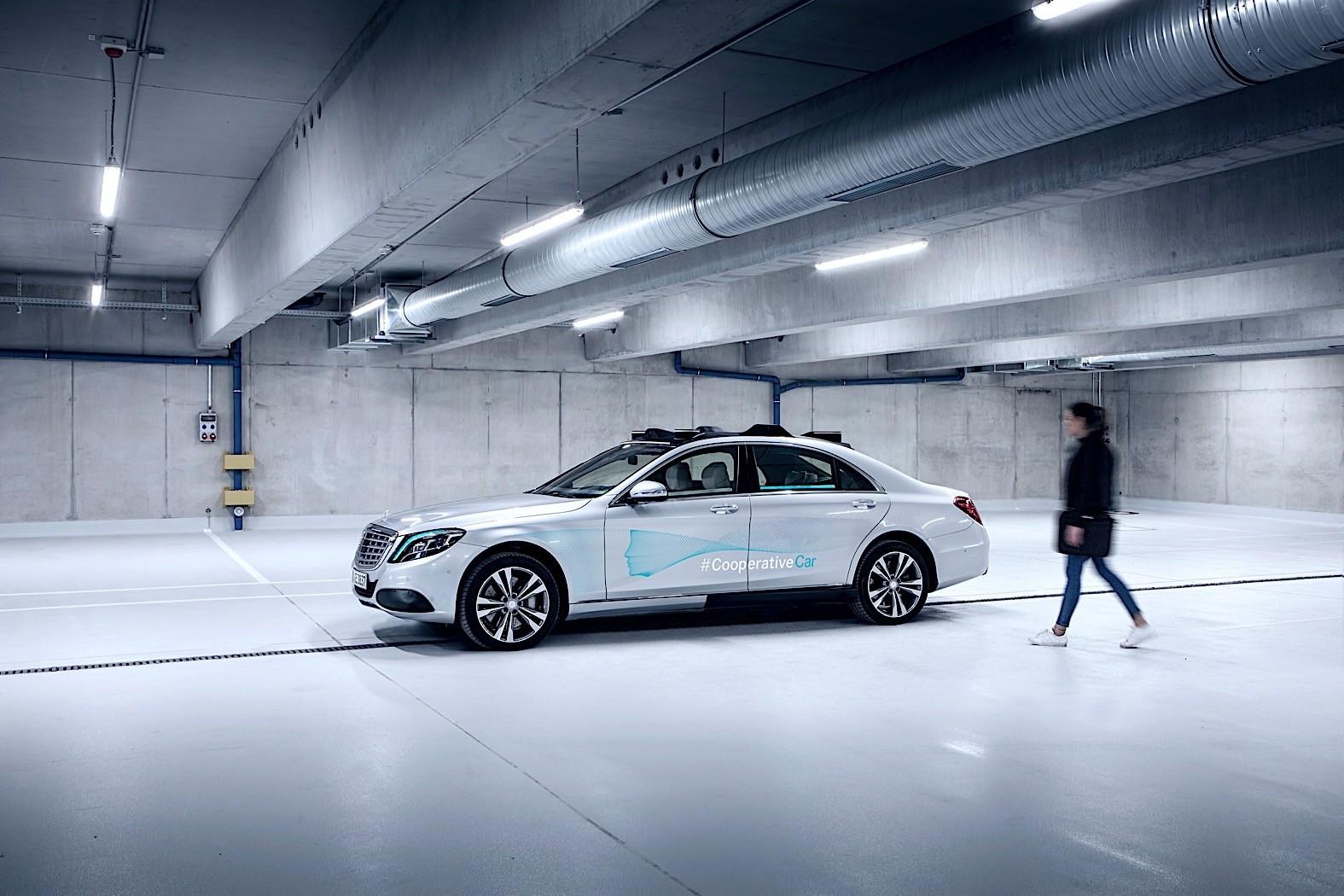 奔驰自动驾驶S级通过指示灯与行人交流